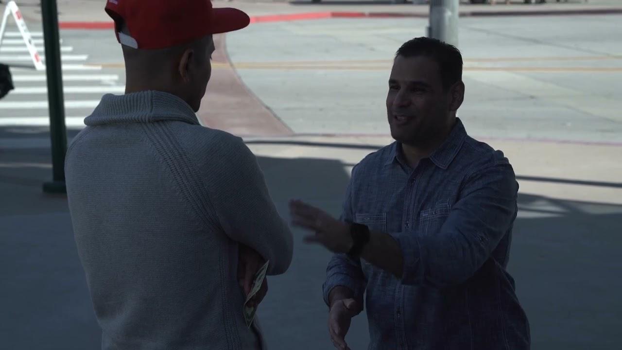 Predicador Evangeliza a Joven Migrante en la Frontera